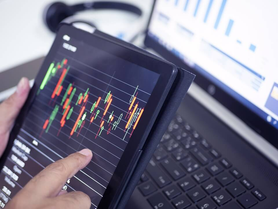 trading online with laptop